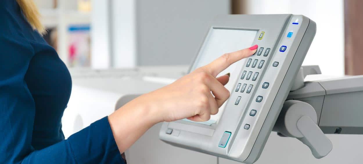 Display an einem Digitaldrucksystem für das bequeme Druckdaten-Management (Foto: © zefart / Shutterstock.com)
