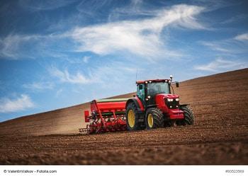 Traktor bestellt das Feld