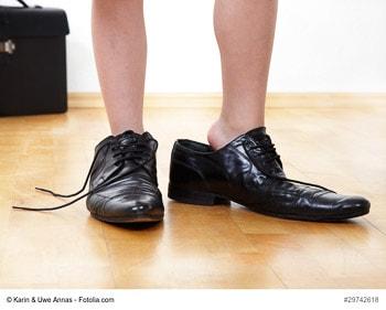 Kleine Füße in großen Schuhen