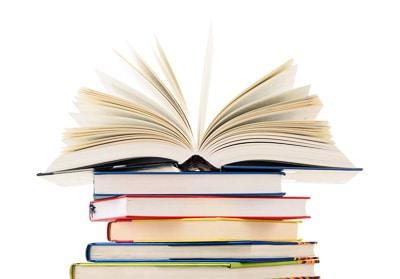 Hardcover-Bücher sind hochwertig und meist mit einem Schutzumschlag versehen. (Foto: © monticellllo / Fotolia.com)