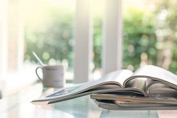 Muße beim Lesen: Hochwertige Printprodukte mit individualisierten Inhalten sind eine Antwort auf den digitalen Overload. (Foto: © pinkomelet / Fotolia.com)