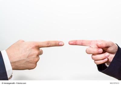 Zwischen den verschiedenen Abteilungen innerhalb eines Unternehmens – vor allem zwischen Marketing und Vertrieb auf der einen sowie den übrigen Mitarbeitern im Betrieb auf der anderen Seite – gibt es häufig Missstimmungen bis hin zur Konfrontation. Eine zielgerichtete Kommunikationsstrategie kann hier zur Vertrauensbildung beitragen. (Foto: © hikdaigaku86 / Fotolia.com)