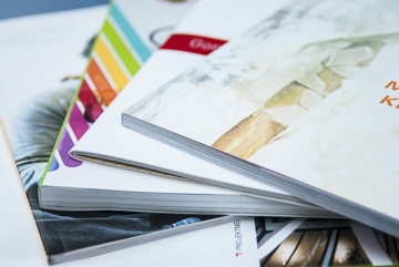 Stapel verschiedener Handbücher
