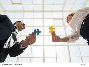 Geschäftspartner mit Puzzleteilen