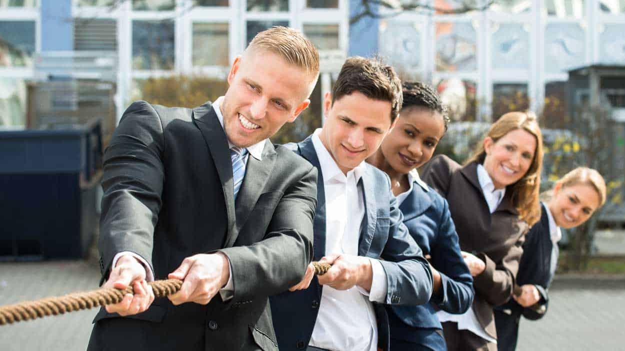 An einem Strang ziehen – Basis für positive Außenwahrnehmung und nachhaltige Kundenbeziehungen. (Foto: © Andrey Popov / Shutterstock.com)