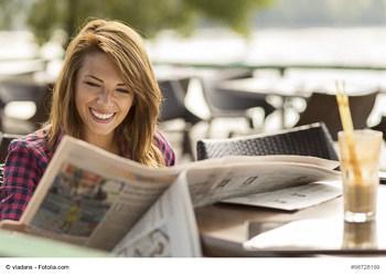 Leserin mit Tageszeitung